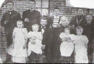 Kornelis de Graaf (1851-1905) en zijn gezin, foto 1904.