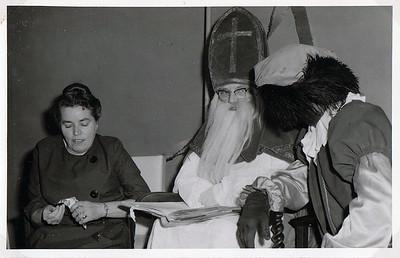 """Hennie de Haan en Sinterklaas """"zuster Wobels"""""""