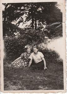 Harmina de Haan (1916) en Janna Ziengs (1914).  Coll. J. Gritter-Stevens.