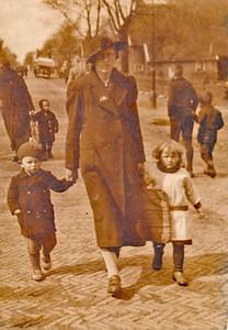 vlnr Bouke, Egbertje de Jonge-Meyer en Jeltje