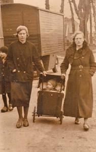 Egbertje de Jonge-Meyer  rechts, links onbekend