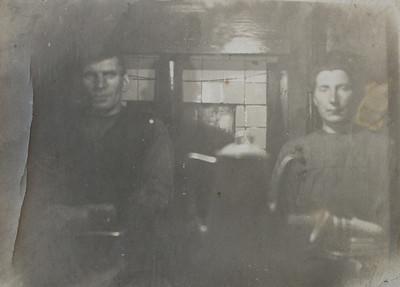 Harm Klinkhamer en Jantje Reinders in hun woning in het Odoornerveld, ca 1928