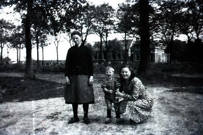 Gezina Ziengs-Suvee (1887-1961), Margje Ziengs-Krikke (1922) en Jan Ziengs.  Op de achtergrond de school te Wezuperbrug. Coll. Jan Ziengs.