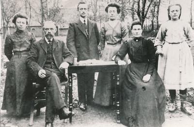 Het gezin van Jan van der Leek (1862-1938) en Neeltje van den Zande (1861-1947), ca 1920.