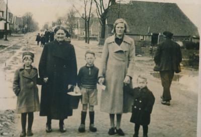 Familie Smit op de Tramstraat, ca 1940