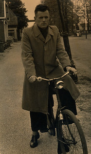Hendrik Jan Rengers (1927-2016) op de Tramstraat.