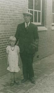 Jan Tijmes (1898-1970) met nichtje