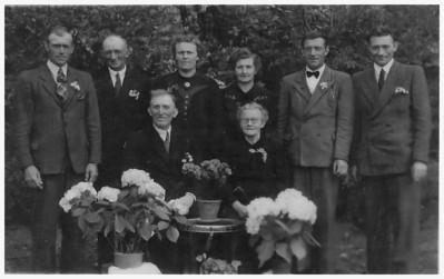 Gezin Hendrikus Uiterwijk (1874-1953) en Willemke Harmens ten Hoeve (1875-1965), 1948