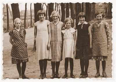 Schoolkinderen voor de Openbare school (kijkend richting Kerklaan), ca 1935