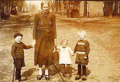 Eppie Wilting met dochtertje en twee tante zeggers