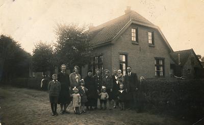 Familie Ten Wolde voor het huis Havenstraat 5, ca 1929