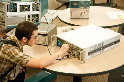 Dan checks out the 7603 with the 7S11 and 7T11 samplers. Impressively, this scope was viewing a 500MHz waveform even though the chassis was 100MHz. The magic of analog sampling!  Additionally, this scope had P11 photographic phosphor.