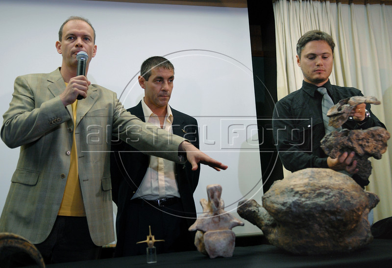 Brazilian and Argentinian paleontologists Alexander Kellner, left, of National Museum of Brazil, Jorge Calvo, center, of Comahue University of Argentina and Juan Porfiri, right, investigator of Comahue University, present, a replica of a dinosaur skeleton of what could be a new dinosaur species, a giant, plant-eater, uncovered in Argentina's Patagonia region, in Rio de Janeiro, Brazil, 15 October 2007. With a length of 32 meters, it is among the largest ever found, and is named 'Futalognkosaurus dukei' after the Mapuche Indian words for 'giant'.  The Patagonian dinosaur was uncovered on the banks of Lake Barreales in the Argentine province of Neuquen and according with the scientists the giant herbivore walked the Earth some 88 million years ago.  (Austral Foto/Renzo Gostoli)