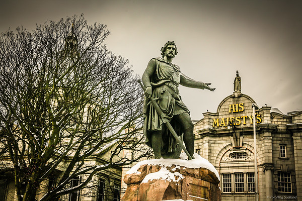 William Wallace beckons you to enter His Majesty's