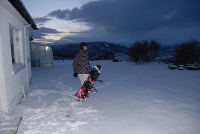 Snowboarden hinterm Haus