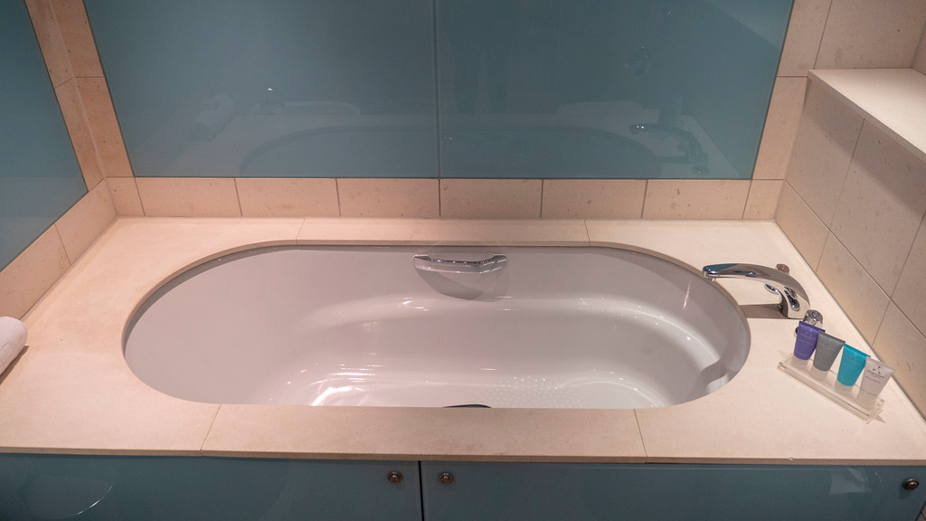The Glasshouse Hotel in Edinburgh: Bathtub of our room
