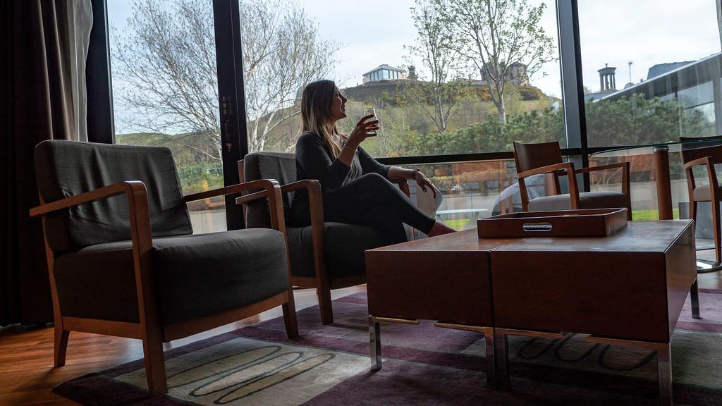 The Glasshouse Hotel in Edinburgh: Enjoying a drink of whisky