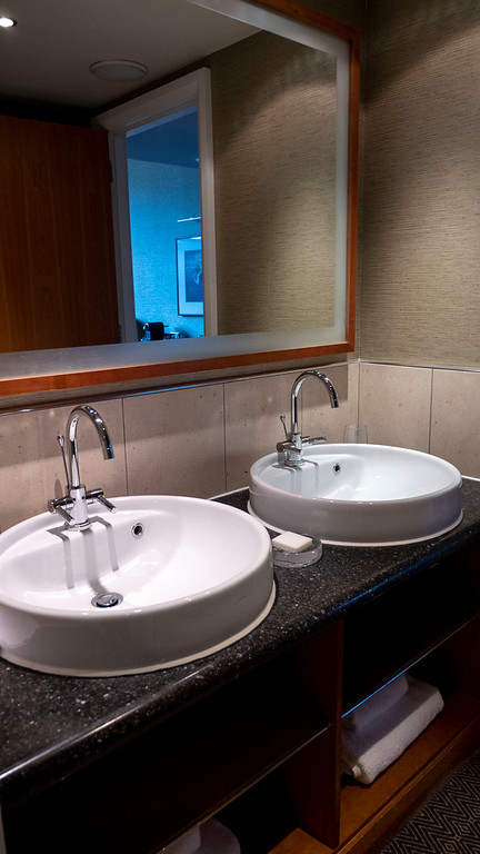 The Glasshouse Hotel in Edinburgh: Double sinks of the bathroom