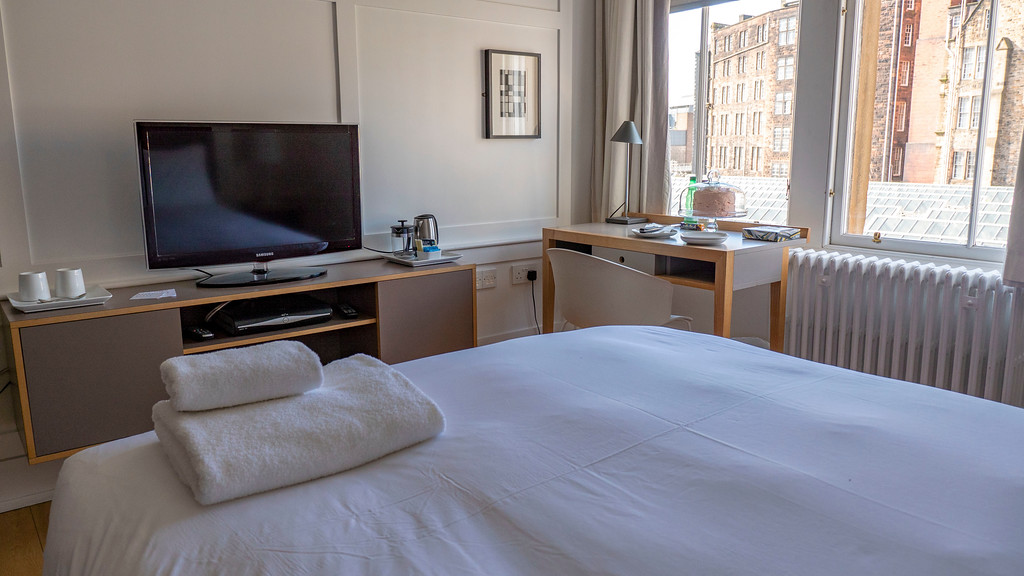 Grasshoppers Hotel: Flatscreen TV and desk