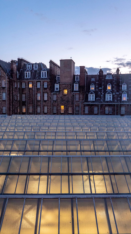 Grasshoppers Hotel Glasgow: Roof of Glasgow Central Station glowing at dusk
