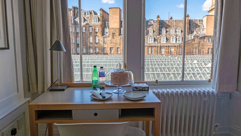 Grasshoppers Hotel Glasgow: Desk and windows with a view