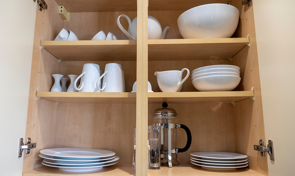 Stirling Luxury Apartments: Kitchen plates and glasses