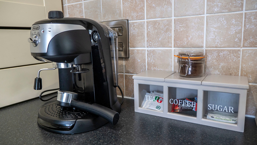 Stirling Luxury Apartments: Fancy coffee maker and tea
