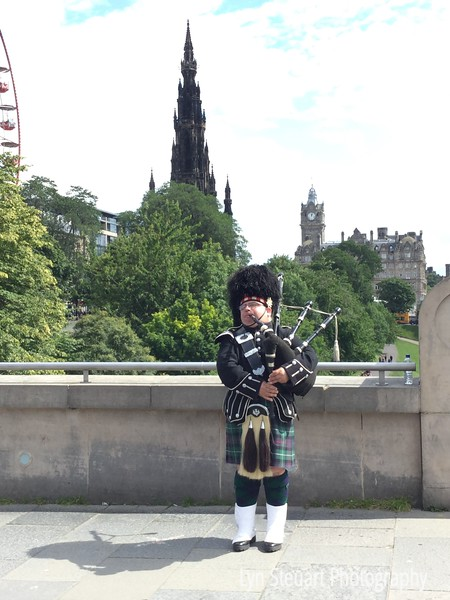 Bagpiper playing above the Princes St Gardens