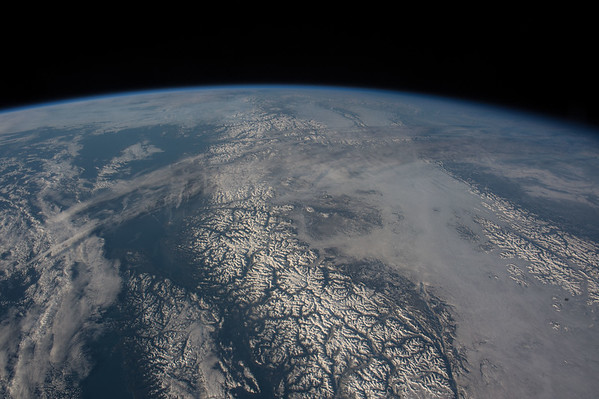 Closed windows b4 sleep & saw this stunning view of the #CanadianRockies! #GoodNight frm @Space_Station #YearInSpace