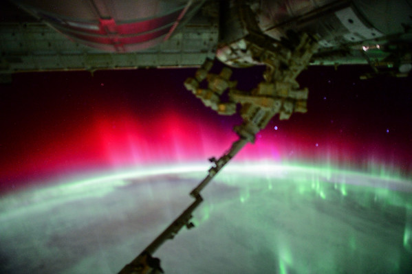 I've never seen this before- red #aurora. Spectacular! #YearInSpace