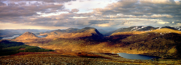 Easterly panorama from Chno Dearg.  8.45pm, 01/05/99  ~ Loch Laggan, Binnein Shuas, Lochan na h-Earba, Creag Pitridh, Geal Charn, Beinn a'Chlachair, an Lairig, and beyond Loch Ghuilbinn a conglomerate of Geal Charn, Aonach Beag and Beinn Eibhinn.