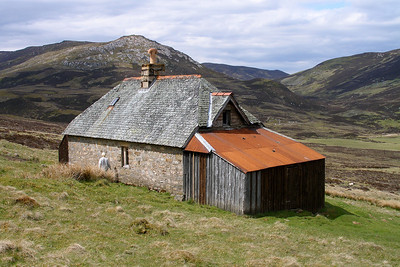 In the Schiehallion area.   04/06/06  ~ The main building and the large lean-to are locked, but a small wooden lean-to at the far end is left open.