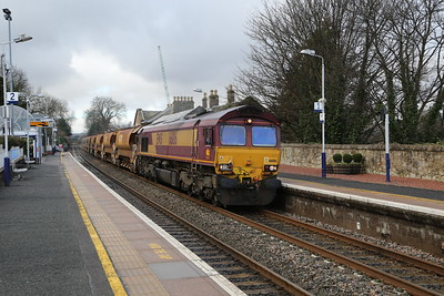 66186 6K35 Larbert - Millerhilll passes Linlithgow.   The big crane is assisting in the construction work at the former First bus depot where a McCarthy and Stone retirement complex is being constructed.
