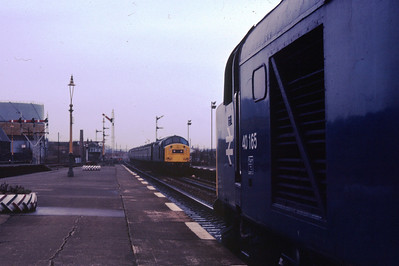 40165 at Stirling as 40150 approaches with an Aberdeen service