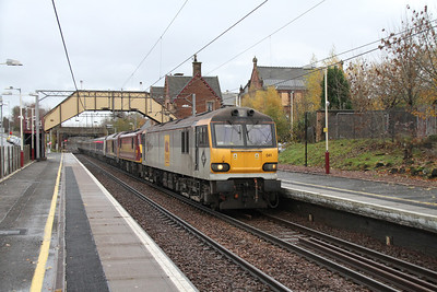 92041 passes Uddingston with 90026 and 67019 in tow on 5B26 empty beds from Waverley to Polmadie.