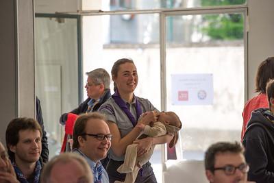 Chip représente l'OMMS et arrive de Belgique avec son bébé. C'est aussi ça l'ambiance familiale du scoutisme.