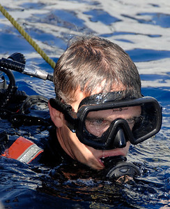 English/Anglais IS2007-7749 07 October 2007 HMCS TORONTO Ship's diver Petty Officer Second Class Peter Neville of the Canadian frigate HMCS TORONTO surfaces after inspecting the ship's propellers in the Mediterranean Sea near Crete. HMCS TORONTO is sailing this area of the world as part of her duties with Operation SEXTANT, Canada's contribution to Standing NATO Maritime Group 1 (SNMG 1), an international naval rapid deployment fleet. The TORONTO has been deployed since July and will return home to Halifax in December. Her duties as part of SNMG 1 include monitoring shipping, escorting non-military ships, and operating to help detect, deter and protect against terrorist activity. Photo by Master Corporal Kevin Paul, Canadian Forces Combat Camera French/Français IS2007-7749 7 octobre 2007 NCSM Toronto Un plongeur du navire, le Maître de 2e classe Peter Neville à bord de la frégate canadienne NCSM Toronto, fait s