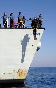 English/Anglais IS2007-7748 07 October 2007 HMCS TORONTO A ship's diver jumps off the quarterdeck of the HMCS TORONTO into the Mediterranean Sea near Crete, to inspect the ship's propellers. HMCS TORONTO is sailing this area of the world as part of her duties with Operation SEXTANT, Canada's contribution to Standing NATO Maritime Group 1 (SNMG 1), an international naval rapid deployment fleet. The TORONTO has been deployed since July and will return home to Halifax in December. Her duties as part of SNMG 1 include monitoring shipping, escorting non-military ships, and operating to help detect, deter and protect against terrorist activity. Photo by Master Corporal Kevin Paul, Canadian Forces Combat Camera French/Français IS2007-7748 7 octobre 2007 NCSM Toronto Un plongeur à bord du navire saute de la plage arrière du NCSM Toronto dans la mer Méditerranée, près de Crète, pour inspecter les hélices du navire.