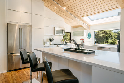 Bright, light, and airy.. kitchen