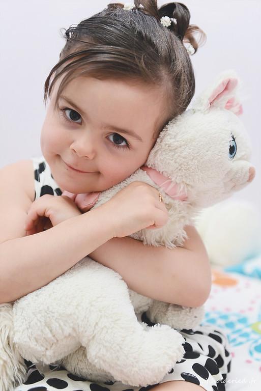Petite fille et sa peluche - séance photo Montpellier