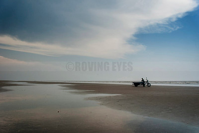 B3:A 'vano' waits for tourists as the sky,sea and beach meet in Mondarmoni,West Bengal