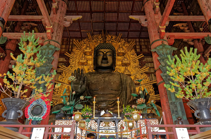 Sixteen miniature Buddhas appear on the halo behind the Great Buddha. They are known as Shakamuni Buddhas, each representing an incarnation of the Great Buddha himself, with the number 16 here meant to represent infinity, symbolizing the number of Shakamuni Buddhas in the Buddhist vision of the universe.