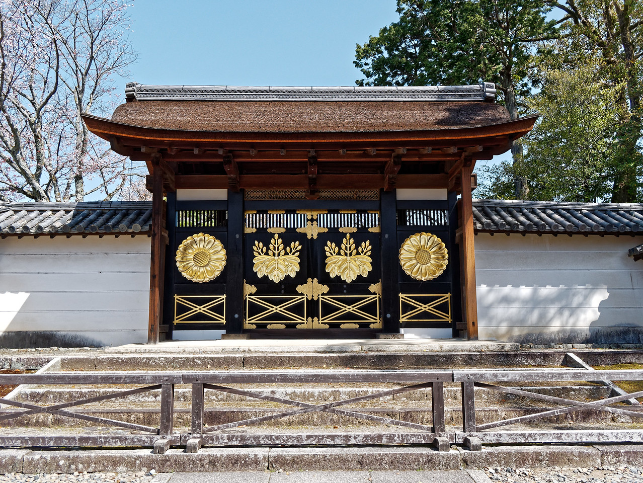 An entrance gate displays the family crest of Toyotomi Hideyoshi.