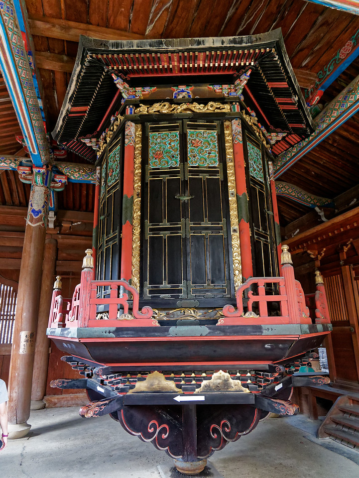 The sutra storage unit revolves around a central pillar, allowing priests and monks to easily locate a desired sutra. At some temples, as here at Seiryo-ji, the faithful are allowed to rotate the sutras while praying.