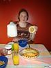 Tini mit Keks und Milch
