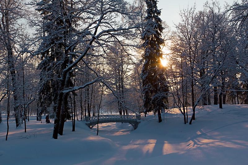 С лазурных круч, нежна, как роза,<br /> На зов продрогшего мороза<br />      Заря нисходит к долам тьмы,<br /> И чуткий слух души уж слышит,<br /> Как сквозь снега подснежник дышит,<br />      Испивший первых слез зимы.<br /> <br /> Ритам<br /> <br /> *<br /> <br /> From the skyey blue to the frost's surrender<br /> Dawn leans down breathing with her flushes tender,<br /> And the soul now hears with its wakeful ears<br /> The snow drops of Winter's tears.<br /> <br /> Ritam