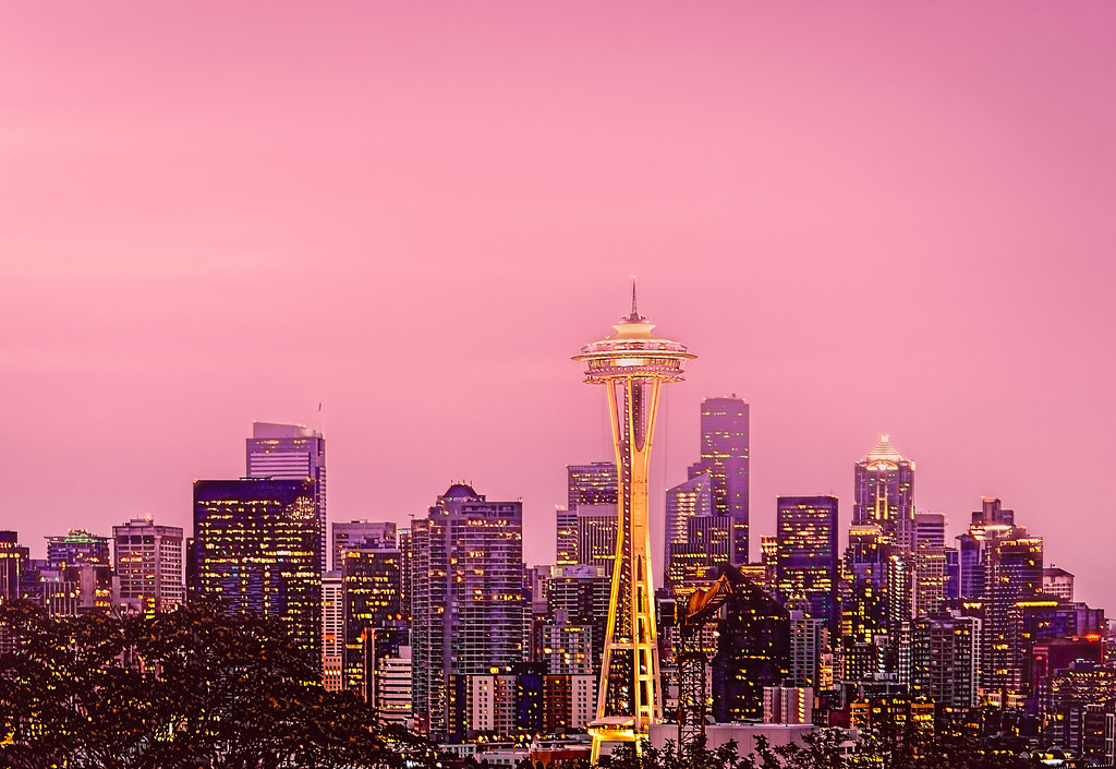 Spaceneedle in a hazy pink sunrise