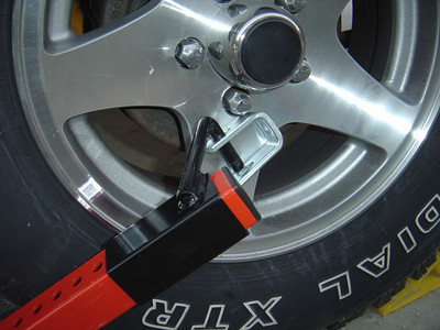 A close up showing there is no space for U bolt to be attached to the wheel