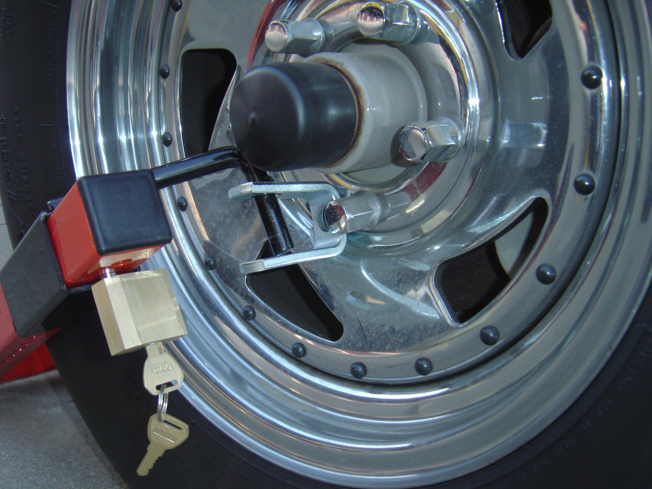 Although not shown, one of the lug nuts would be removed and the U bolt attached to the lug