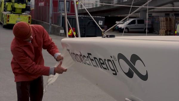 Trønder Energi-klistremerker på NTNUI Seilings båt LOWER THRIDS TE WIDE
